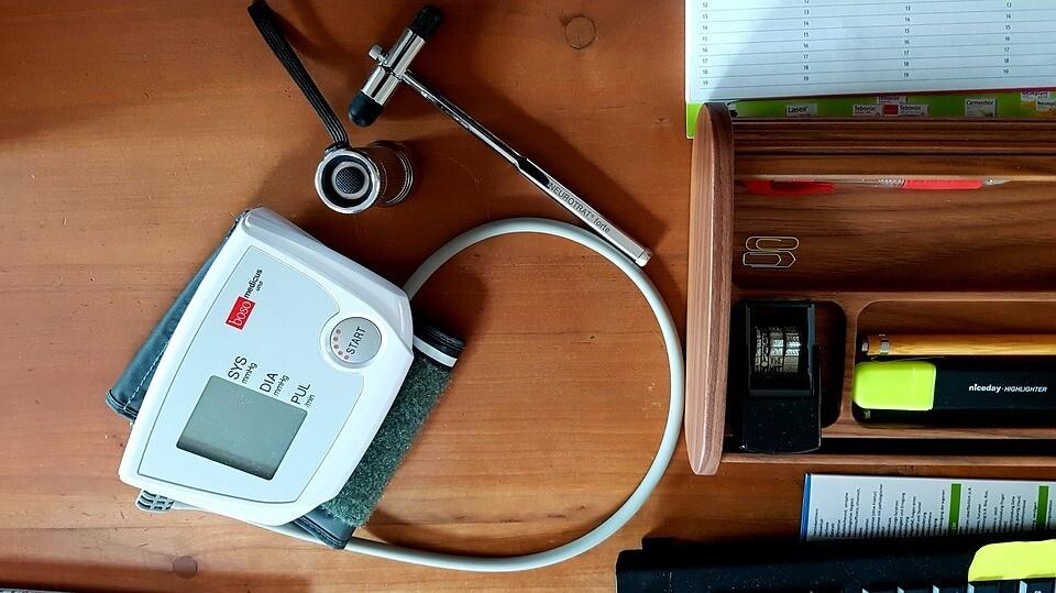 На какой руке мерить давление электронным тонометром, чтобы он тебя не обманул