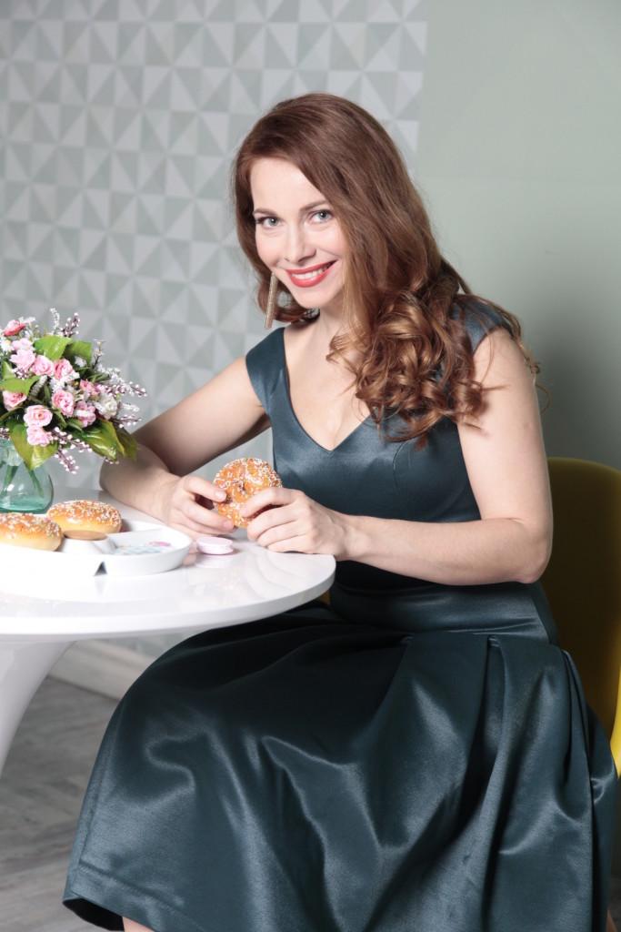 Екатерина Гусева в атласном платье