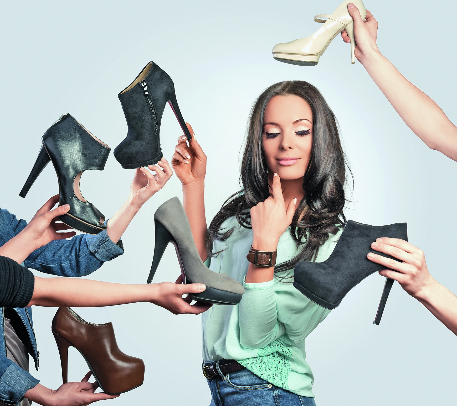 Девченки заставляют парня вылизывать подошвы их обуви фото 427-462