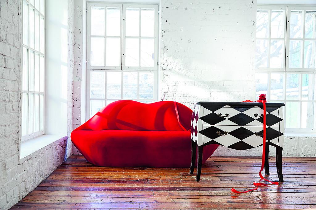 Лучшие спутники красного цвета винтерьере— белый ичерный. Эти цвета нейтрализуют агрессивность красного исоздают ощущение устойчивости. Фото: PR