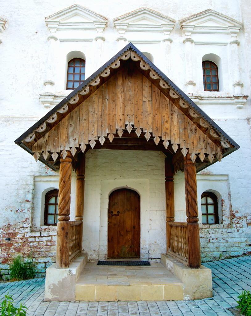 Удивительно, что многие элементы архитектуры монастыря сохранились до наших дней – например, это деревянное крыльцо. Фото: Legion-Media