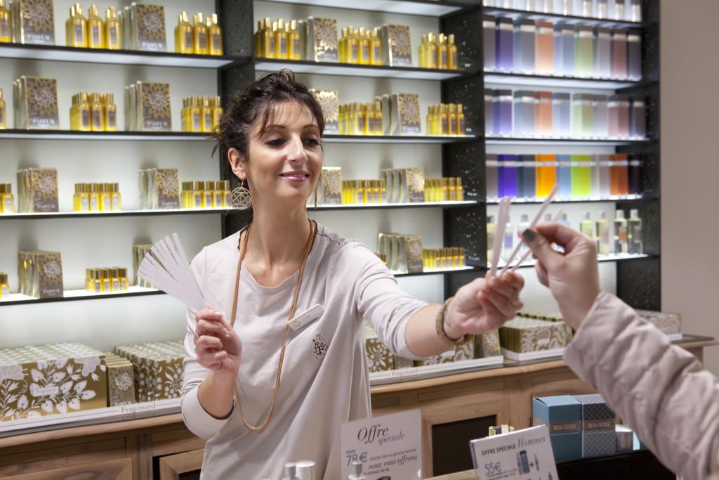 В магазинах при фабриках представлены более сотни парфюмов. Сложно остановиться на чем-то одном.