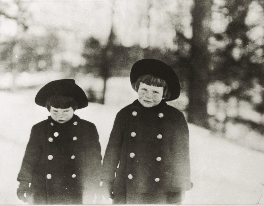 Детство в Коннектикуте: Кэтрин (справа) со своей младшей сестрой в снегу