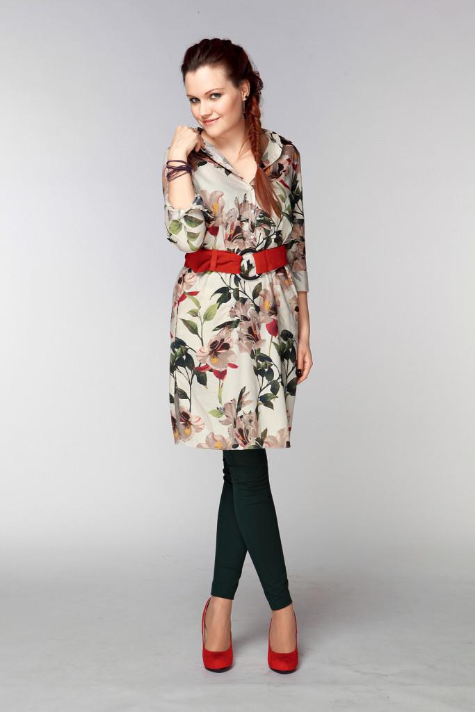 Девушка в платье с красным пясом и лосинах