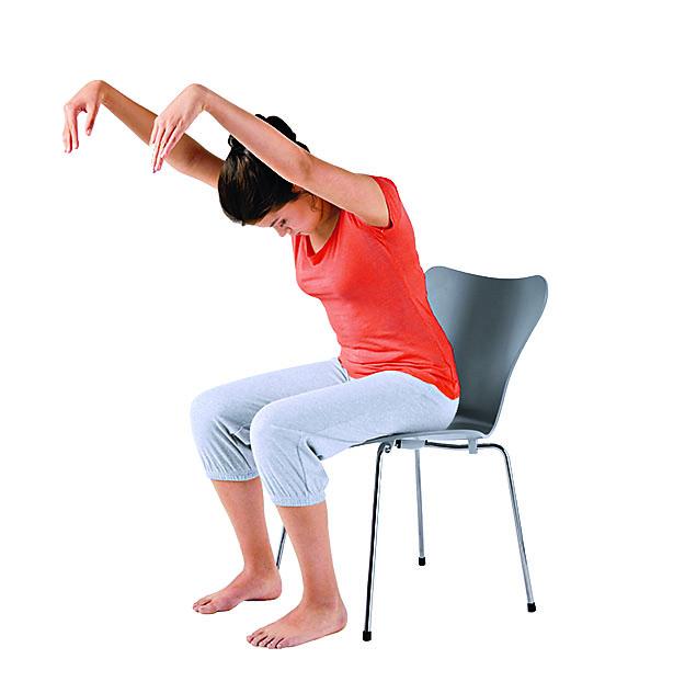 Девушка на стуле подняла руки