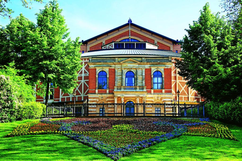 Театр в Байройте на Зеленом холме – архитектурное новаторство Вагнера и архитектора Г. Земпера. Оркестр впервые под сценой, нет балконов, само здание внутри – деревянное.