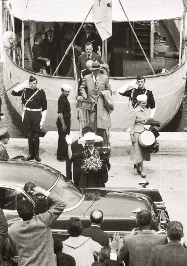 Звезда Голливуда покидает американский лайнер и впервые ступает на землю Монако. Она не знает ни слова по-французски, а за полгода романа видела жениха всего несколько раз. Фото: Burda Media