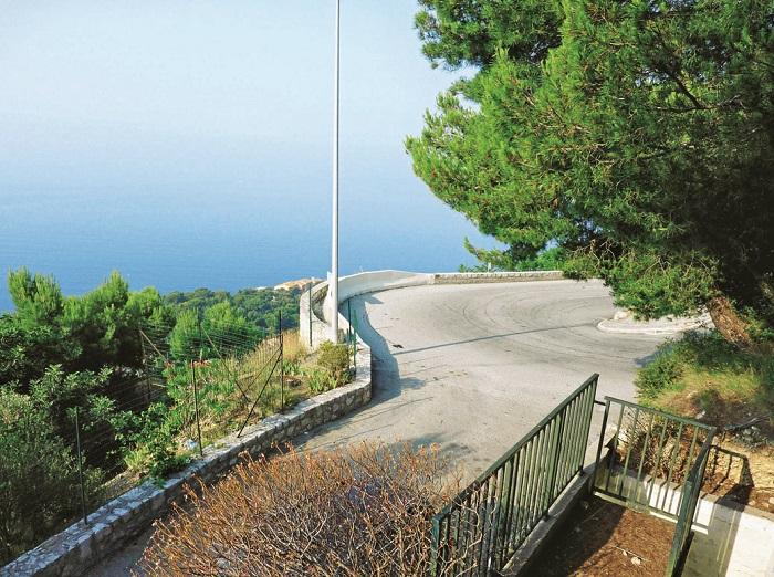 Место на дороге от виллы Гримальди (Монако) в Ниццу (Франция), где «ровер» Грейс сорвался с 40-метрового обрыва. Фото: Burda Media