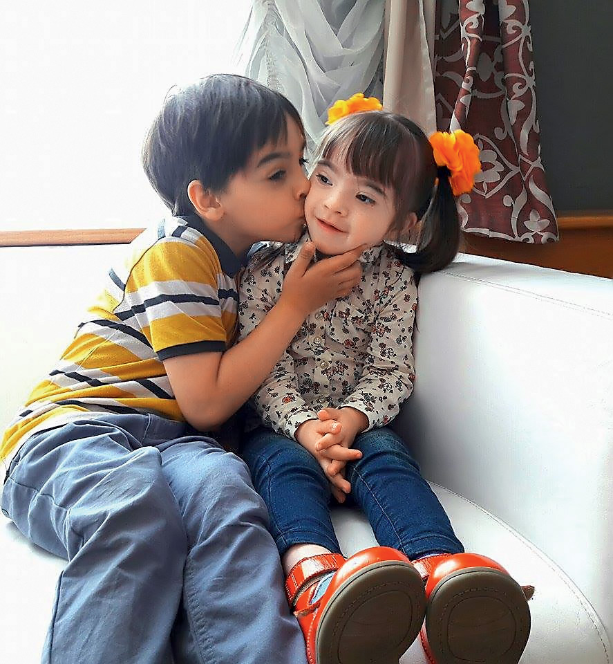 Брат целует сестру с синдромом Дауна