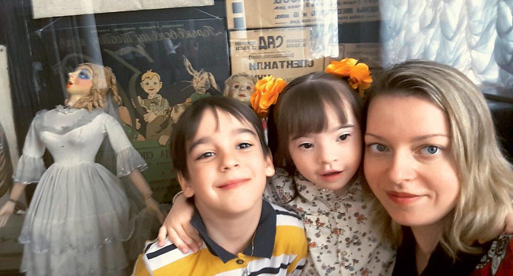 Мама с детьми, девочка с синдромом Дауна