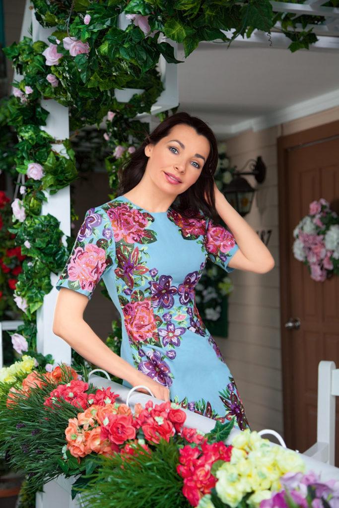 Наталия Антонова в синем платье с цветами