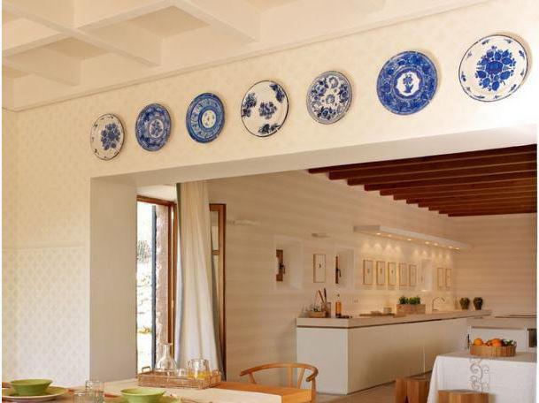 Кухня с тарелками на стене