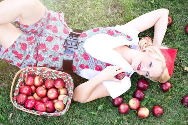 Девушка лежит на траве