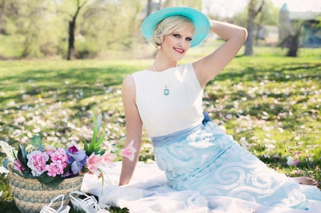 Девушка на траве в шляпке