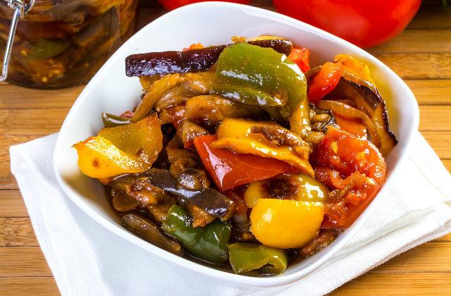 рецепт салата из баклажанов с помидорами и перцем