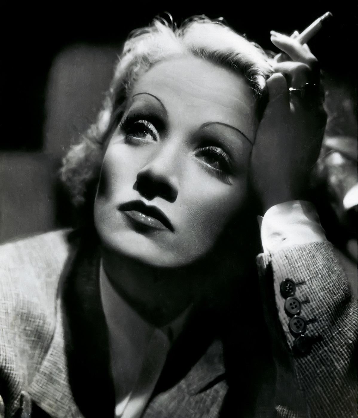 Вот такой гламурной, изысканной стала Марлен после фильма-хита Штернберга «Марокко» (1930)