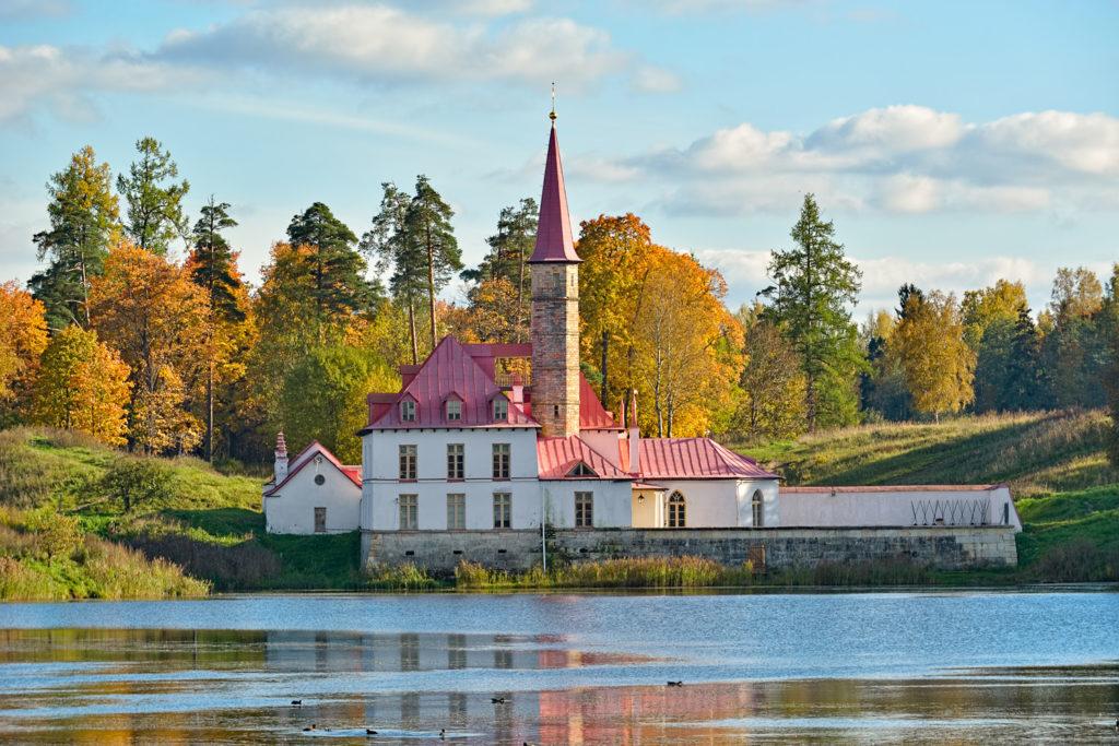Приоратский замок в Гатчине — единственное в России строение, возведенное из спрессованной земли. Фото: Legion-Media