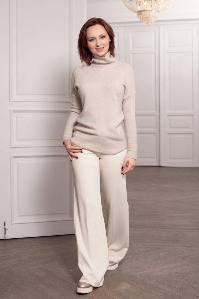 На Елене: свитер из мериносовой шерсти Manila Grace, брюки клеш Sfizio