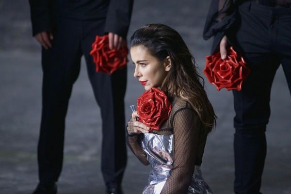 Латекс, розы имужская слеза: Ани Лорак выпустила новый клип