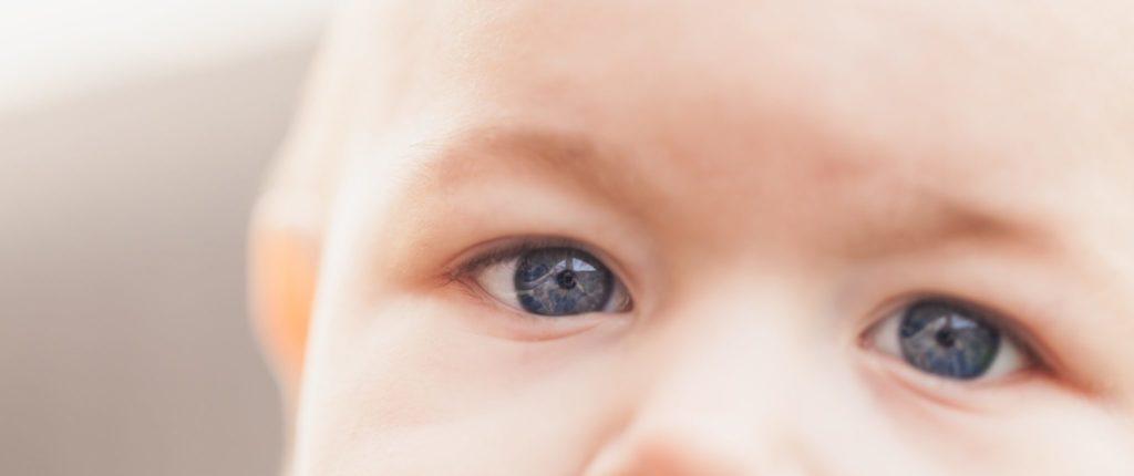 Аутизм важно диагностировать как можно раньше – видеале в1-1,5 года. Если начать корректировать поведение сэтого возраста, то все пройдет легче, безболезненней длясемьи исамого малыша. Как распознать признаки аутизма враннем детстве?