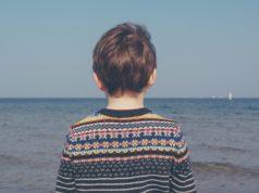 Аутизм важно диагностировать как можно раньше – в идеале в 1-1,5 года. Если начать корректировать поведение с этого возраста, то все пройдет легче, безболезненней для семьи и самого малыша. Как распознать признаки аутизма в раннем детстве?