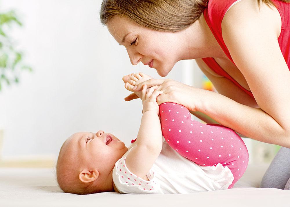 Во что играть смладенцем: 8 развивающих игр