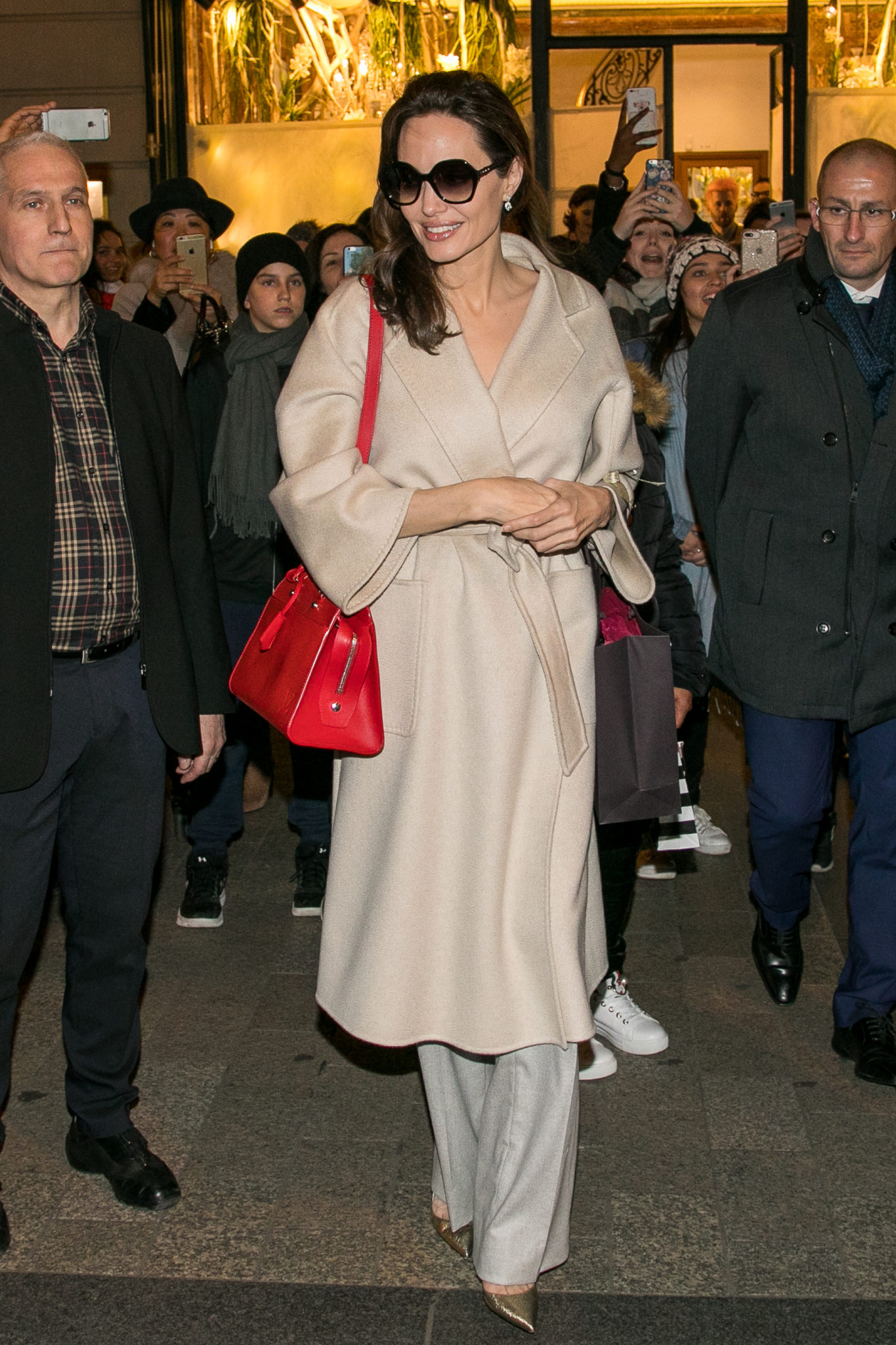 Анджелина Джоли показала, как эффектно носить пальто-халат