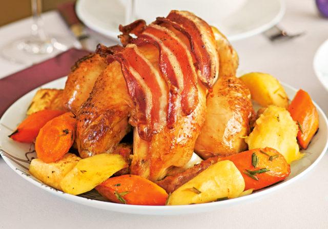 Курица в беконе, запеченная с овощами