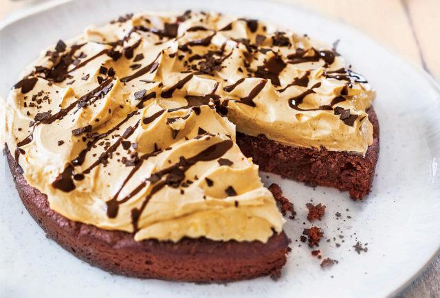 Шоколадный торт с арахисом