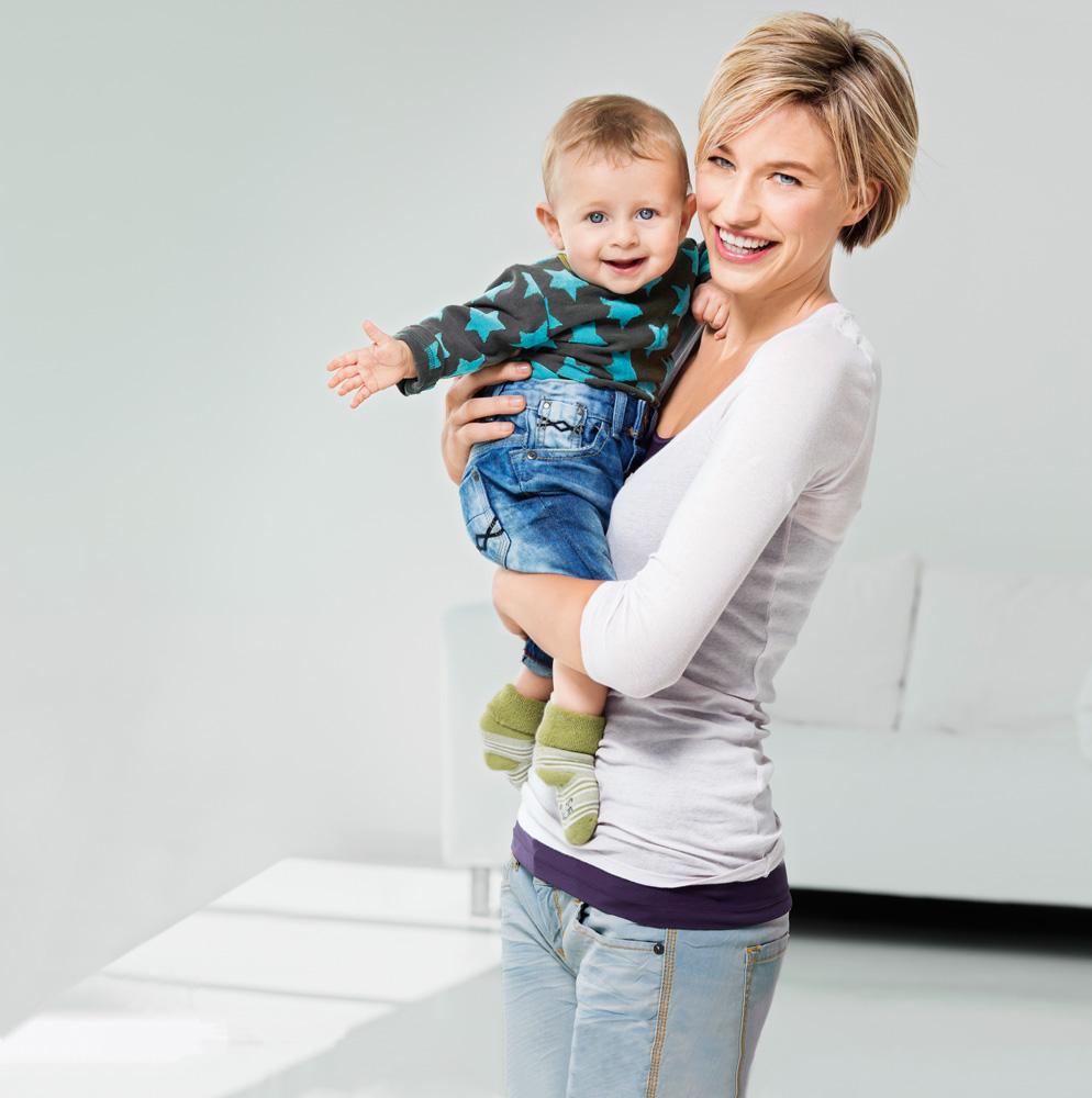 Счастливый ребенок с мамой