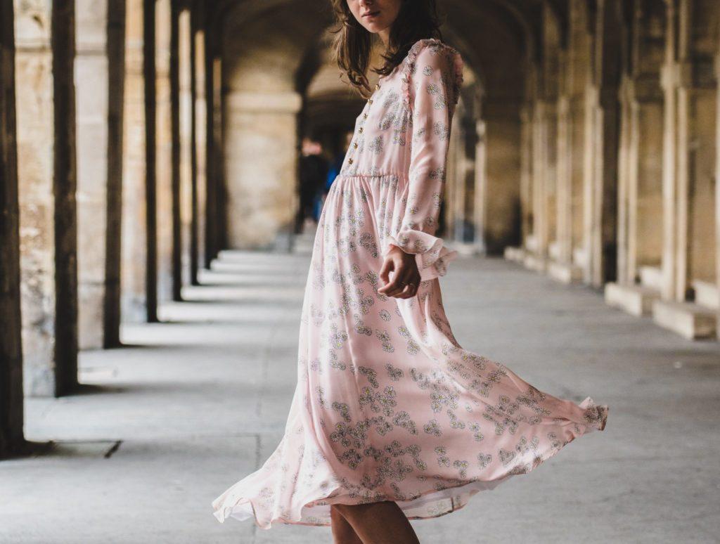 С чем носит розовое платье