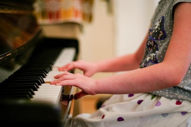 Ребенок играет на пианино
