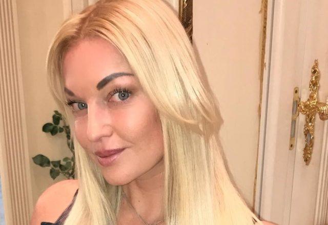 Анастасия Волочкова устроила с дочерью фотосессию в купальниках