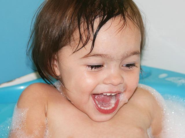 Видео утро женщина подмывается в ванной, случайно сделанные фото обнаженных