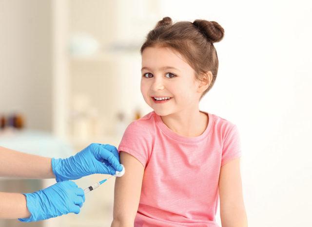 Нужно ли делать прививки ребенку? Мнение экспертов