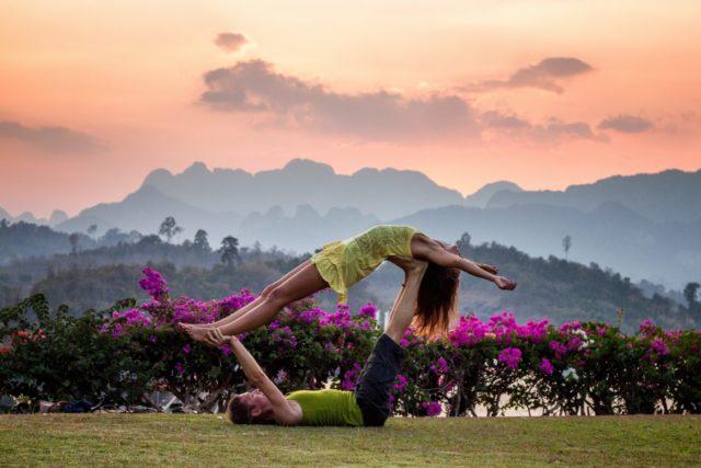 Йога для двоих: 7 полезных асан для тебя и любимого