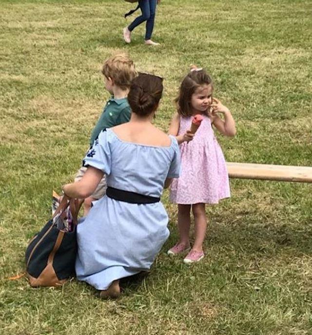Кейт Миддлтон гуляет с детьми как самая обычная мама