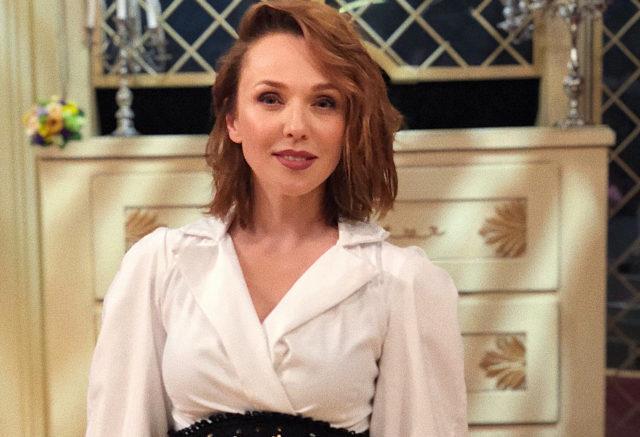 Альбина Джанабаева показала, как элегантно носить брючный костюм с жилетом
