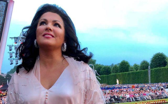 В сети обсуждают нескромный танец Анны Нетребко на Красной площади