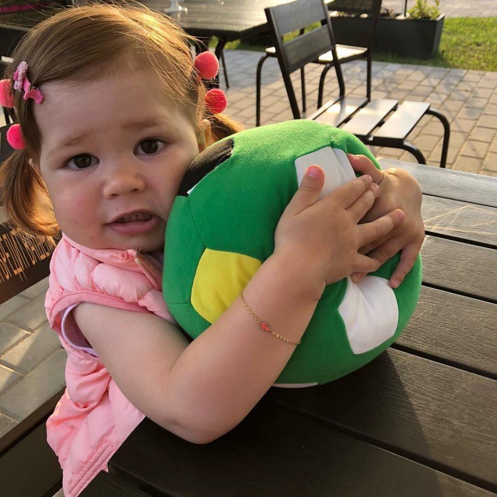 Екатерина Климова показала, как 2-летняя дочь болеет занаших футболистов