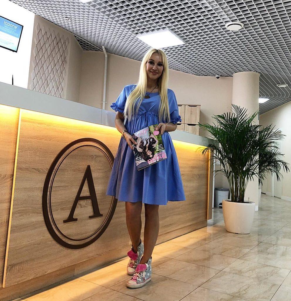 47-летняя Лера Кудрявцева показала идеальное летнее платье для беременных