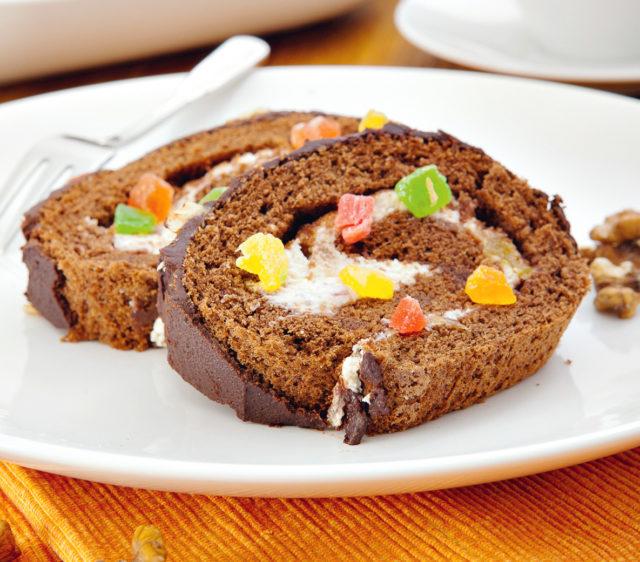 Рулет с шоколадом и цукатами
