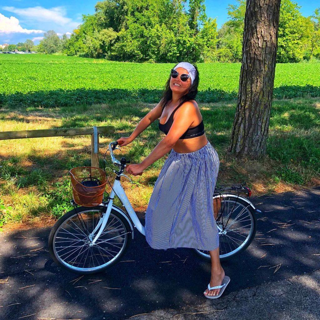 Анна Нетребко с голым животом: вариант наряда для выезда на пикник