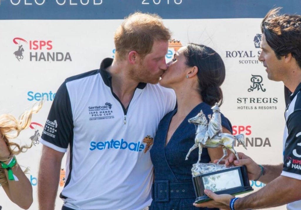 Пока бабушка не видит: принц Гарри целует Меган Маркл на глазах у всех
