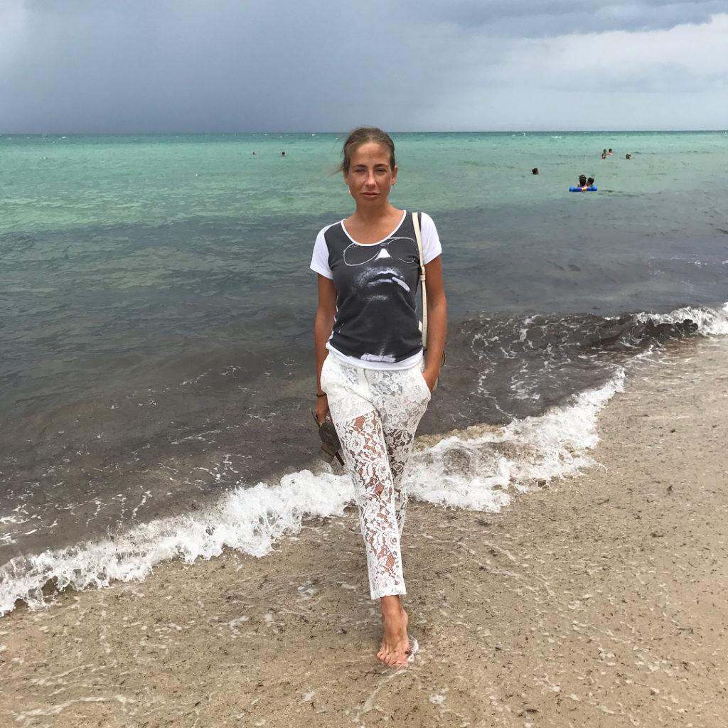 Юлия Барановская показала, счем сочетать белые кружевные брюки