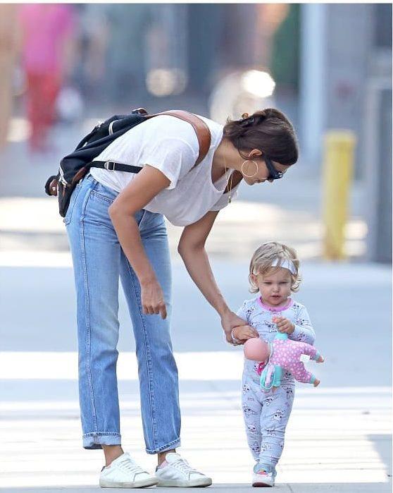 «Блондинка в отца!»: Ирина Шейк показала подросшую дочь от Брэдли Купера