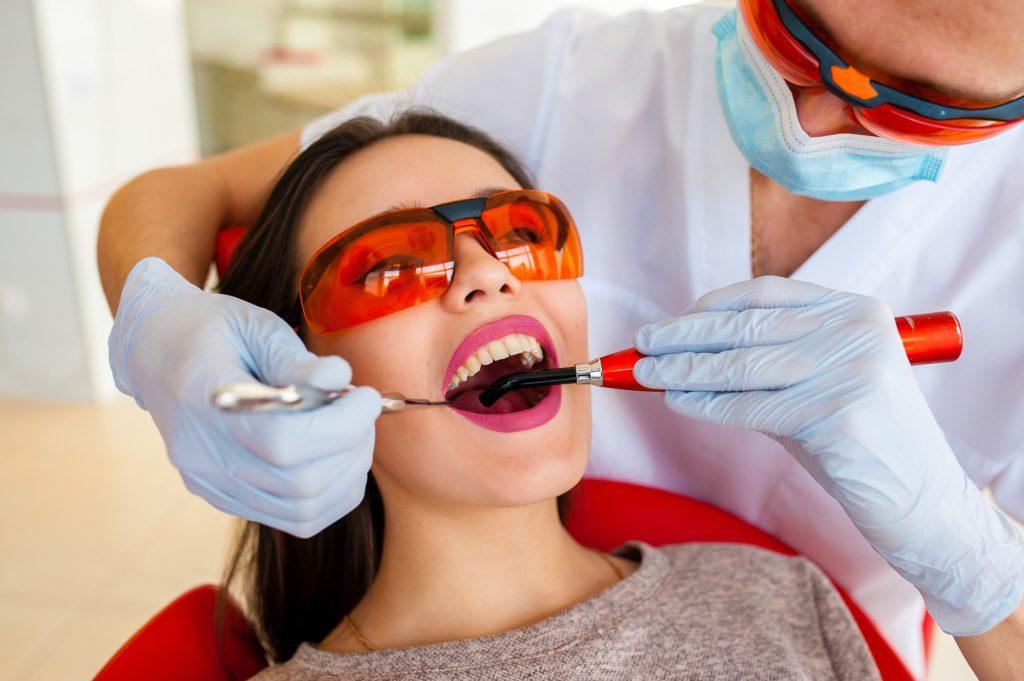 kak-otbelit'-zuby-bez-vreda-u-stomatologa