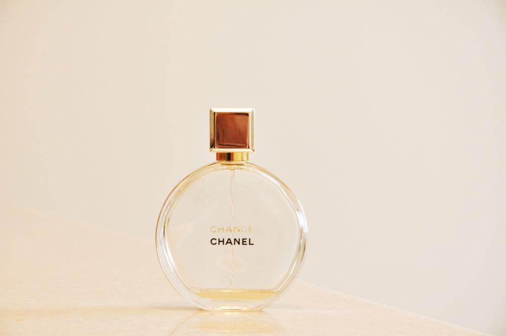 kak-proverit'-podlinnost'-duxov-cvet-parfuma
