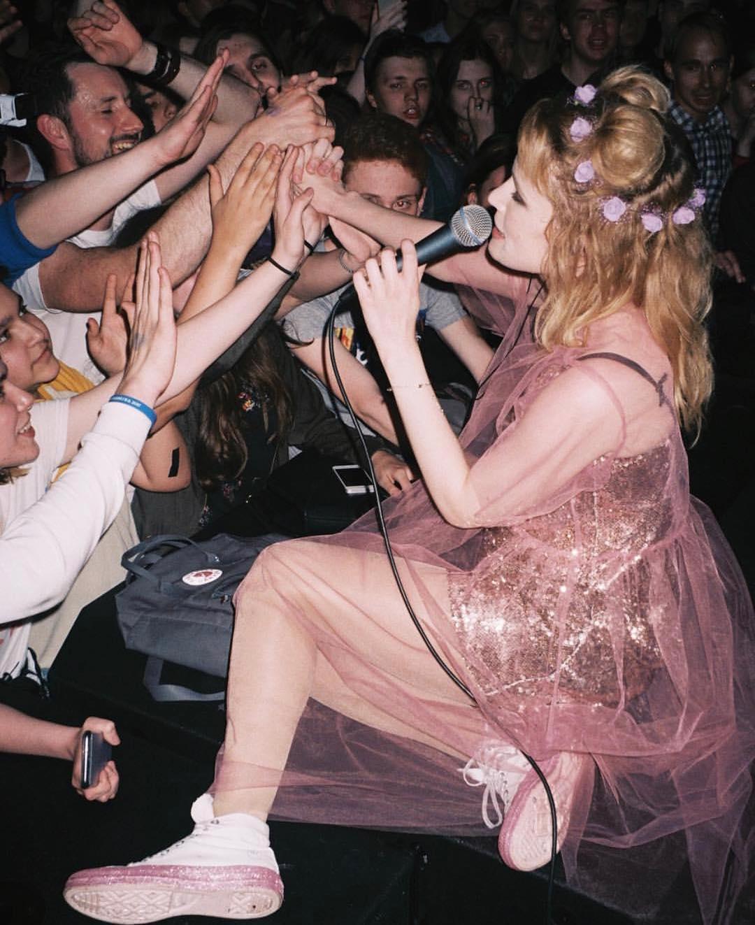 Топ-10 артистов, которых теперь нельзя слушать на дискотеках в детских лагерях