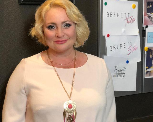 46-летняя Светлана Пермякова сменила имидж, покрасив волосы в ядовито-розовый